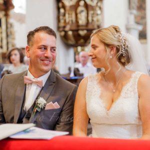 hochzeitsfotograf zeigt brautpaar in kirche in bamberg, beide sehr gluecklich, natuerlich