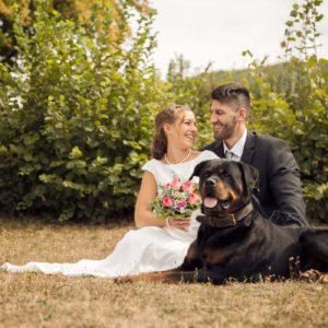 verliebtes brautpaar mit hund bei hochzeitsshooting in lichtenfels