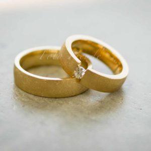 eheringe aus gold mit diamant von hochzeitsfotograf in erlangen