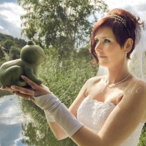 braut mit tollem hochzeitskleid und diadem hat frosch in der hand im landkreis bamberg