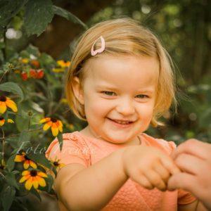 familienfotograf zeigt gluekliches kind bei familienshooting in bamberg