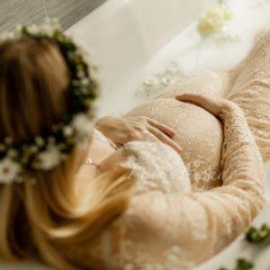 schwangerschafts foto bei milchbad shooting in forchheim mit rosen in der badewanne, spitzenkleid