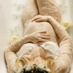 babybauch bilder bei milchbadshooting in bamberg mit rosen in der badewanne, spitzenkleid