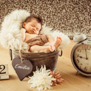 neugeborenen shooting in bamberg babyfoto in eimer mit geburtsdatum, wecker und blumen
