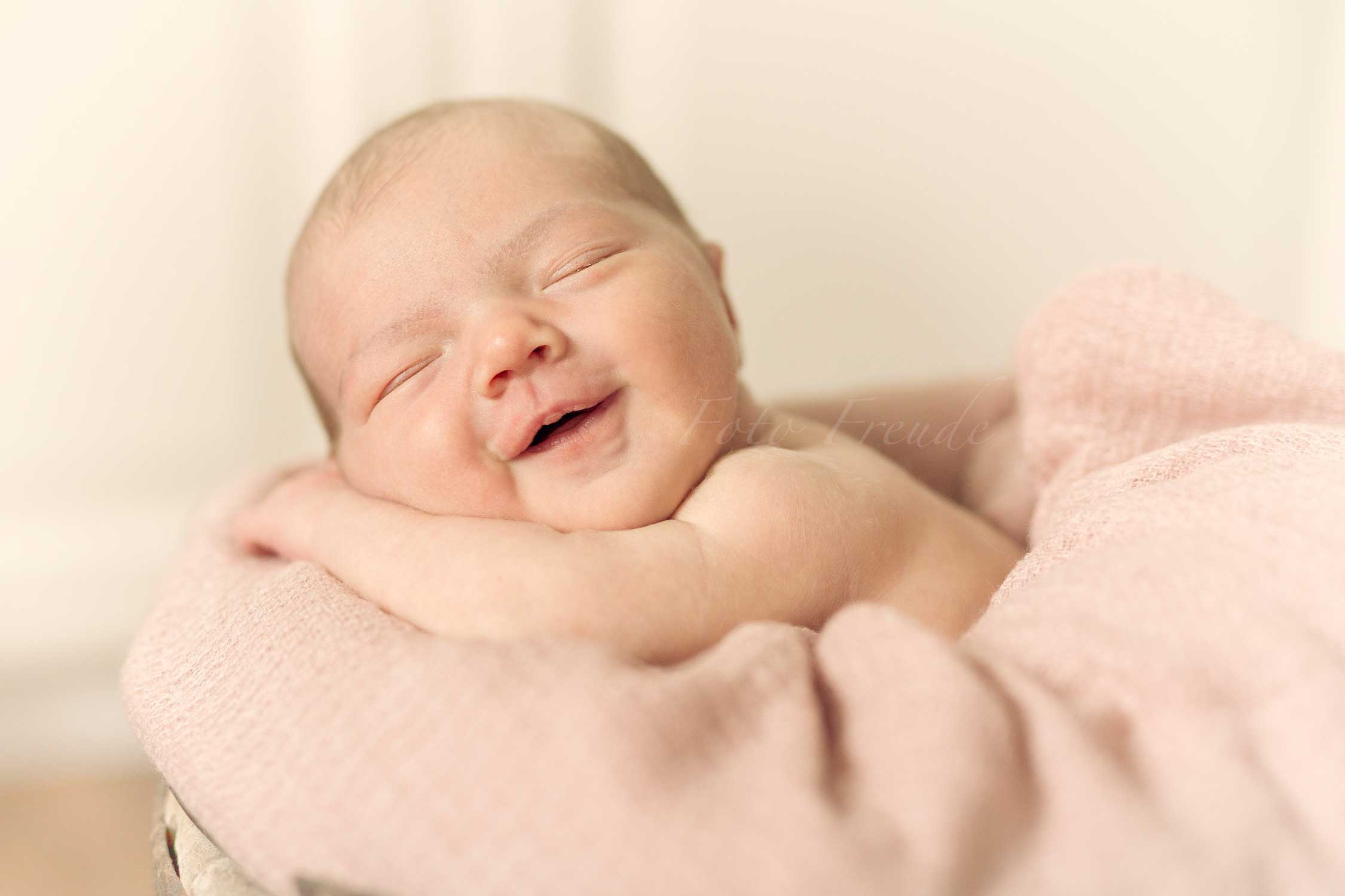 natuerliche babyfotografie neugeborenenshooting in hoechstadt aisch baby lacht
