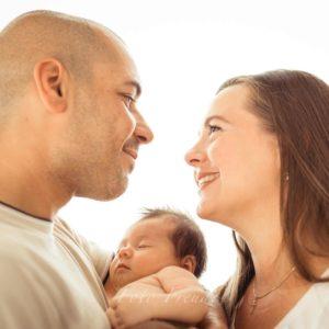 familienfoto von babyfotografin neugeborenes mit eltern nach geburt zuhause in bamberg