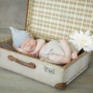 neugeborenenbilder baby in koffer mit strickmuetzchen shooting in burgebrach