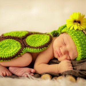 neugeborenen shooting daheim baby als schildkroete mobile fotografin in bamberg