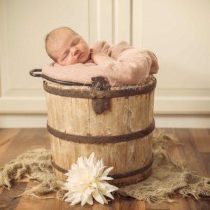 babybilder shooting zuhause babyfoto im holzeimer mit blume im vintage stil von mobiler babyfotografin