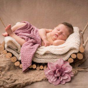 neugeborenenbilder nach der geburt zuhause baby auf schaukel in burgebrach