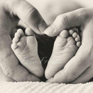 babyfuesse bei neugeborenenshooting von babyfotografin in hirschaid babyshooting zuhause fotografin mobil