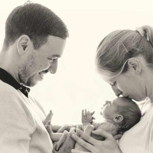 neugeborenes mit eltern nach der geburt shooting zuhause von neugeborenenfotografin