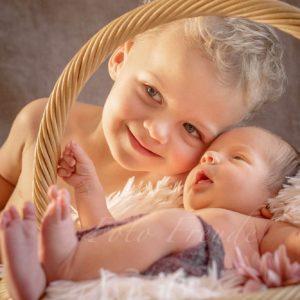 geschwisterbild bei neugeborenenshooting mit baby im korb ganz natuerlich in hoechstadt aisch