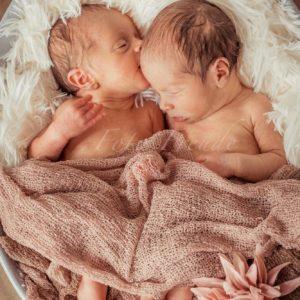 neugeborenes kuesst zwillingsschwester bei neugeborenenshooting in hoechstadt aisch