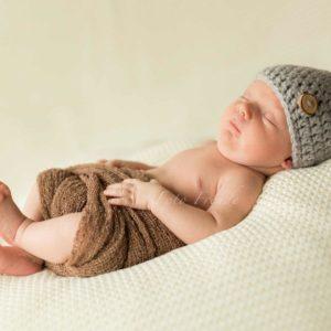 neugeborenenbilder mit strickmuetze bei homeshooting nach der geburt mit natuerlichem licht in hirschaid