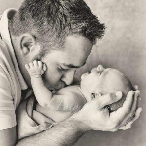 babyfoto schwarz weiss bei neugborenenshooting zuhause von mobiler babyfotografin in bamberg
