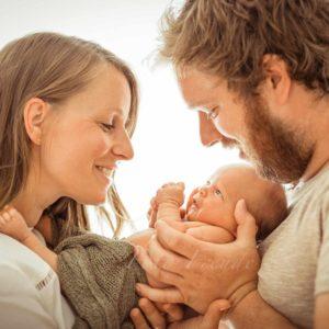 neugeborenenshooting babyfoto von fotografin in bamberg babyshooting mit eltern bei natuerlichem licht ohne blitz