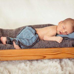 neugeborenen bilder von babyfotografin in hoechstadt babyshooting im bettchen zuhause