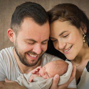 neugeborenenshooting von babyfotografin in hoechstadt babyshooting nach der geburt mit eltern neugeborenenfoto