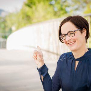 authenisches business shooting natuerliche bewerbungsbild professionell foto in bamberg frau mit brille
