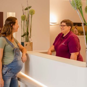 businessfotograf zeigt bilder von geburtshaus in memmelsdorf bei bamberg schwangere am empfang