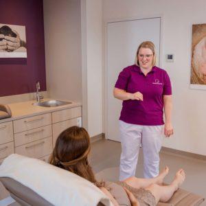 business shooting von geburtshaus in memmelsdorf bei bamberg hebamme macht akupunktur bei schwangerer frau businessbilder
