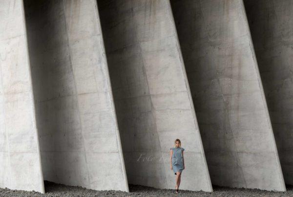 modeshooting mit model vor beton von modefotografin aus bamberg