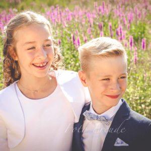 erstkommunion geschwistershooting fotograf zeigt kinder vor blumen in hoechstadt aisch