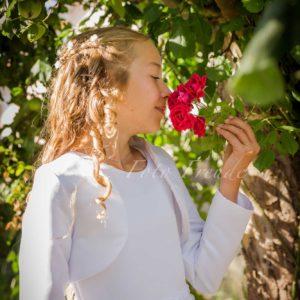 fotograf erst kommunion maedchen im kommunionskleid riecht an rose in hoechstadt