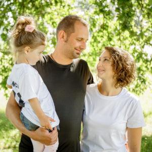 familienporträt in natur unter baum von fotografin in bamberg