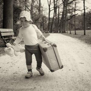 kindershooting kind mit koffer und teddy draussen in bamberg von familienfotografin