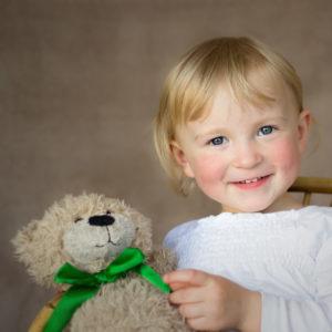 kindershooting zuhause maedchen mit teddy in bamberg