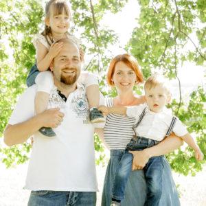 familienbild mit zwei kindern in der natur in bamberg