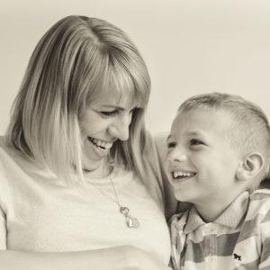 familienbilder zuhause von mobiler fotografin in hoechstadt mit natuerlichem licht mama mit kind