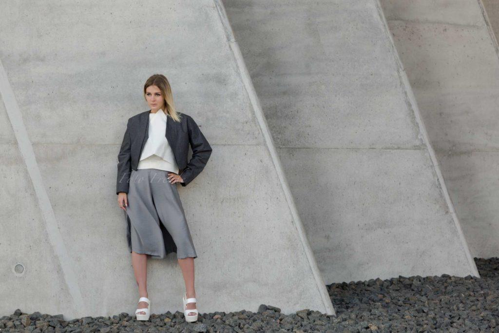 modeshooting in bamberg modefotograf zeigt model vor beton