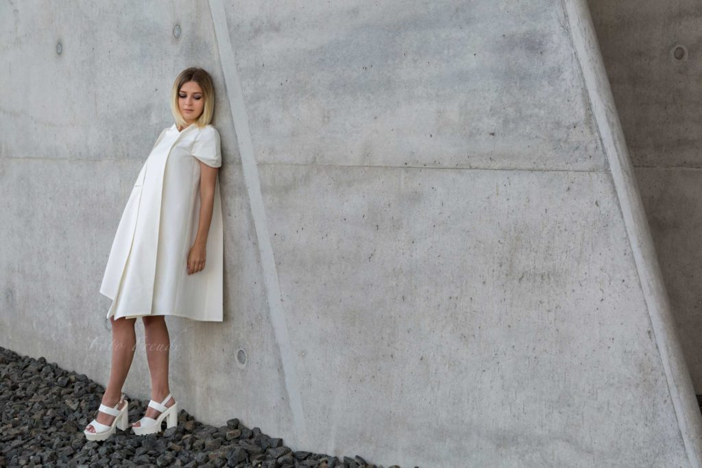modeshooting modefotograf zeigt model vor beton fotografin aus bamberg