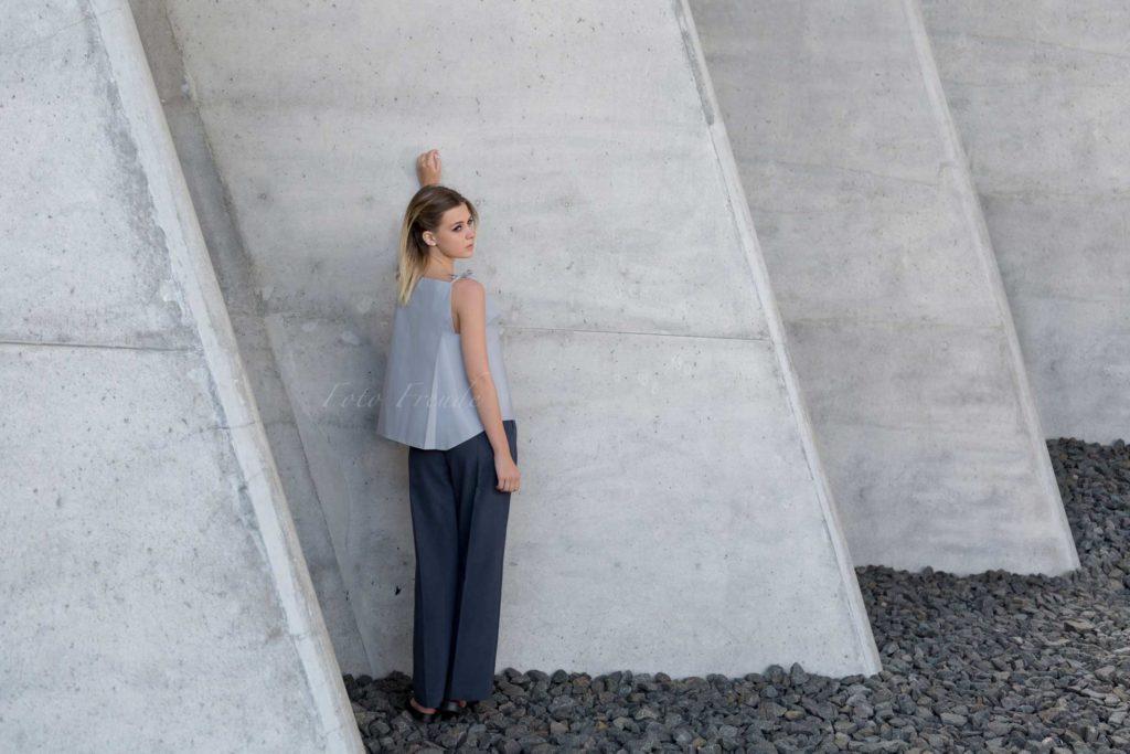 modeshooting modefotograf aus bamberg zeigt model vor beton