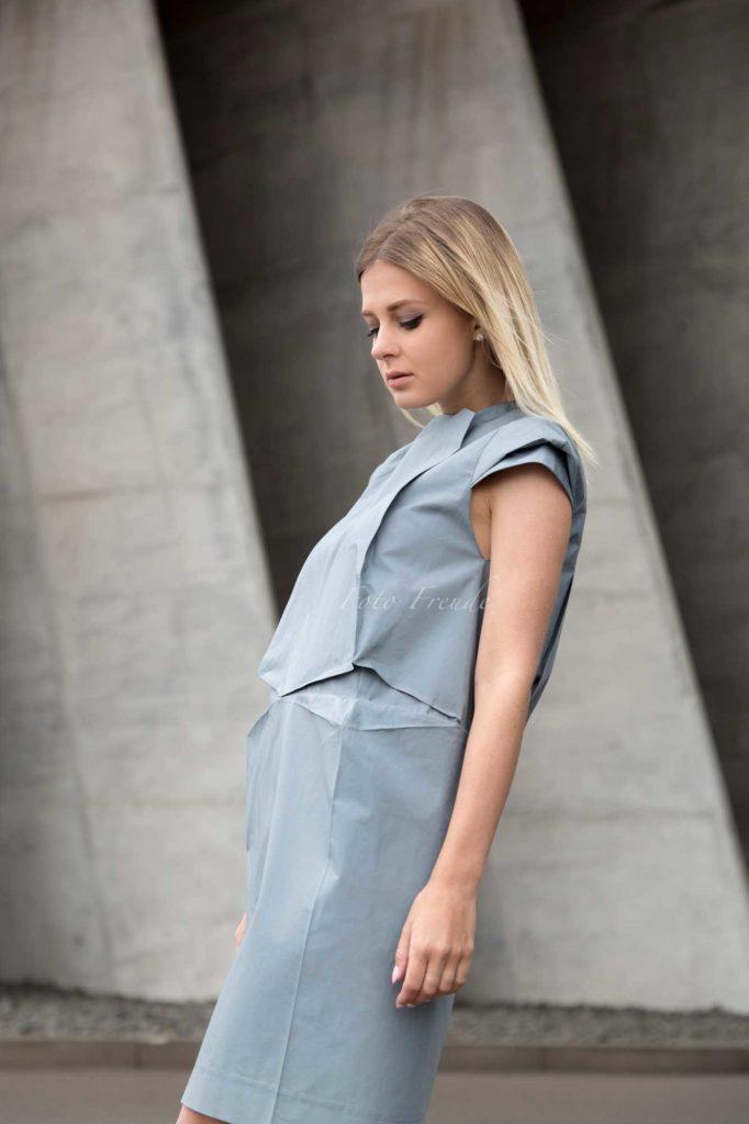 modeshooting modefotograf aus bamberg zeigt model vor beton in designer kleidung