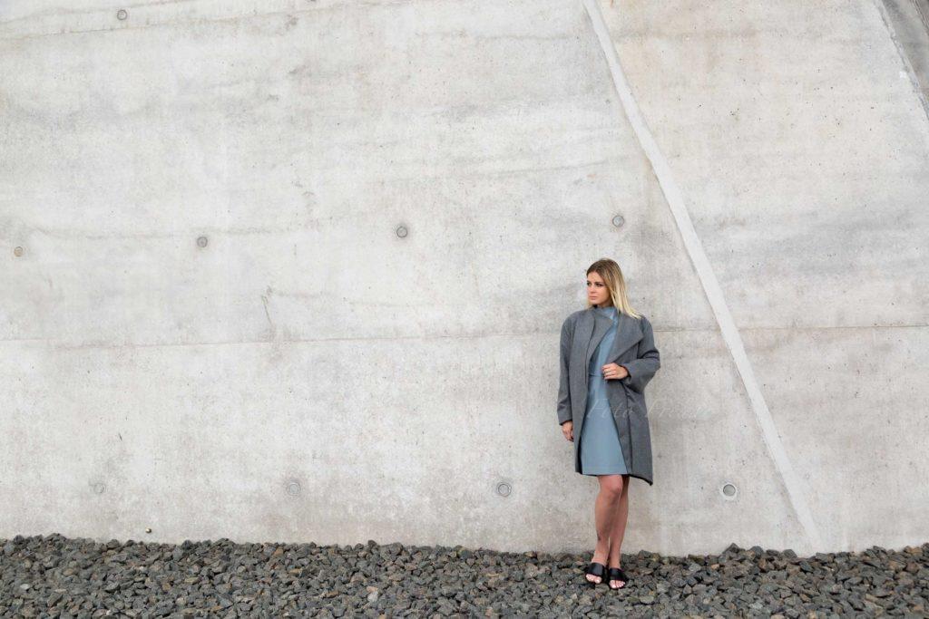 modeshooting modefotograf aus bamberg zeigt model vor beton in verbindung mit modedesign